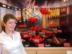 """Tatjana Keil vor ihrem Schaufenster mit Thema """"Cinema"""""""